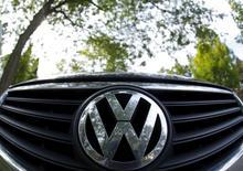En la imagen, el logo de la automotriz alemana Volkswagen es visto en Willmette, Illinois, 24 de septiembre, 2015. Volkswagen sabe que necesitará más que una nueva dirección y una remodelación corporativa para limpiar el aire después de que le pillaran engañando en las pruebas de emisión de vehículos diesel en Estados Unidos. REUTERS/Jim Young