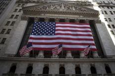 """La démission inattendue vendredi du président de la Chambre des représentants américaine réduit le risque d'un """"shutdown"""", une fermeture des administrations fédérales, l'un des principaux motifs de préoccupation de Wall Street, à l'orée d'une semaine qui sera animée par divers indicateurs économiques et des interventions de responsables de la Réserve fédérale.  /Photo prise le 21 septembre 2015/REUTERS/Carlo Allegri"""