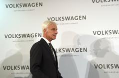 Volkswagen sait déjà qu'une nouvelle équipe dirigeante et la refonte de ses structures ne suffiront pas à le remettre sur le droit chemin après le scandale mondial de la tricherie aux tests anti-pollution. Matthias Müller, le nouveau président du directoire, doit tenter de résoudre simultanément plusieurs problèmes, dont la dégradation de la rentabilité de la marque VW, qui étaient déjà clairement posés avant l'affaire des moteurs diesel. /Photo prise le 25 septembre 2015/REUTERS/Fabian Bimmer