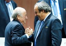 Platini (à direita) cumprimenta Blatter em Zurique. 29/5/2015 REUTERS/Arnd Wiegmann