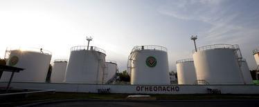 Нефтехранилища в городе Мозырь, Белоруссия  25 сентября 2015 года. Цены на нефть слабо растут после почти 3-процентного падения в понедельник, вызванного опасениями за здоровье азиатской экономики и высокой добычей. REUTERS/Vasily Fedosenko