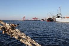 """Вид на порт Латакия в Сирии 18 октября 2010 года. Старый канареечно-желтый паром под названием """"Александр Ткаченко"""" обычно возит людей и машины через узкий Керченский пролив, самый короткий путь морем из России в Крым, который Москва аннексировала в прошлом году. REUTERS/Khaled al-Hariri"""