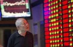 Un inversor mira un tablero electrónico que muestra la información de las acciones en una correduría en Nanjing, China, 22 de septiembre de 2015. Las acciones chinas cayeron un 2 por ciento el martes, lastradas por los valores ligados a las materias primas y la energía, luego de que los inversores chinos se sumaron a una ola global de ventas provocada por el temor a una desaceleración severa de la economía mundial. REUTERS/Stringer