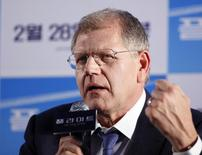 "Director Robert Zemeckis speaks to the media during a news conference to promote his movie ""Flight"" at a hotel in Seoul February 18, 2013. REUTERS/Kim Hong-Ji/files"