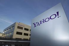 El logo de Yahoo, frente al edificio de la compañìa en Rolle, al este de Ginebra, 12 de diciembre de 2012. Las acciones de Yahoo Inc abrieron el martes en Wall Street con una alza de 3,5 por ciento, luego de que la empresa dijo que seguiría adelante con la escisión de su participación en la firma china Alibaba Group Holding Ltd, pese a que el acuerdo no estaría exento de pago de impuestos. REUTERS/Denis Balibouse/Files