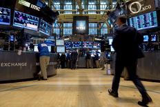 Les stratèges de Wall Street ont révisé en baisse leur objectif de 2015 pour l'indice phare Standard & Poor's-500 pour intégrer l'impact du ralentissement de la croissance mondiale et les incertitudes sur l'évolution future des taux américains, mais ils pensent que l'indice se remettra d'un récent coup de tabac, selon une enquête Reuters. L'indice S&P-500 terminera l'année à 2.094 points, selon la médiane des prévisions de plus de 40 stratèges interrogés par Reuters cette semaine. /Photo prise le 15 septembre 2015/REUTERS/Brendan McDermid