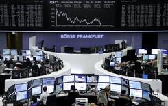 Operadores trabajando en la Bolsa de Fráncfort, Alemania, 28 de septiembre de 2015. Las acciones europeas bajaron el martes, aunque el mercado redujo sus pérdidas iniciales ya que los papeles de Glencore cortaron una fuerte caída en sus precios. REUTERS/Staff/remote