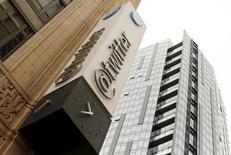 El logo de Twitter en la sede corporativa de la compañìa en San Francisco, California, 28 de abril de 2015. El sitio de mensajería Twitter Inc está trabajando en un producto que permitirá a los usuarios compartir contenido más largo que los actuales 140 caracteres, informó el martes la página web sobre tecnología Re/code. REUTERS/Robert Galbraith
