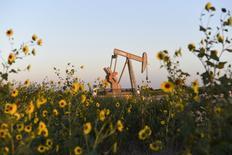 Нефтяной станок-качалка в Оклахоме. 15 сентября 2015 года. Опрошенные Рейтер аналитики снизили прогнозы цен на нефть в 2016 году с учетом избытка нефти на мировом рынке и вероятного повышения добычи в Иране. REUTERS/Nick Oxford