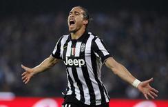 Defensor da Juventus Martín Cáceres comemorando gol durante partida da Liga Italiana, em Nápoles.  11/01/2015   REUTERS/Ciro De Luca