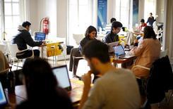 """Participantes del programa de emprendimiento """"Start Up Chile"""" trabajan en su oficina en Santiago, 10 de agosto de 2015. La tasa de desempleo en Chile bajó levemente a un 6,5 por ciento en el trimestre móvil junio-agosto, una cifra que contrasta con el alza que se esperaba en medio de los efectos de una marcada desaceleración económica, según datos difundidos el miércoles por el Gobierno. REUTERS/Ivan Alvarado"""