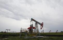 Una unidad de bombeo de petróleo en el norte de Ufa, Rusia, 11 de julio de 2015. Los precios del petróleo subían levemente el miércoles ante las preocupaciones por una escalada en la guerra siria después de que Rusia inició ataques aéreos contra Estado Islámico, y la aproximación de un huracán a la costa este de Estados Unidos mantenía nerviosos a los inversores. REUTERS/Sergei Karpukhin