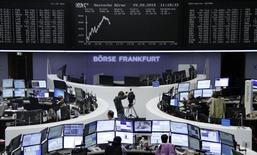 Operadores trabajando en la Bolsa de Fráncfort, Alemania, 29 de septiembre de 2015. Las acciones europeas subieron el miércoles tras tocar mínimos en el año en un agitado fin de trimestre, lideradas por las automotrices tras un recorte de impuestos en China y por Glencore, que dijo que no tiene problemas de insolvencia. REUTERS/Staff/remote