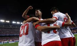 Jogadores do Benfica comemoram gol contra Atlético de Madri. 30/9/2015. REUTERS/Juan Medina