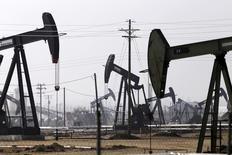 Станки-качалки на нефтяном месторождении в Калифорнии. 9 ноября 2014 года. Цены на нефть растут за счет новых данных об увеличении мирового потребления нефти в этом году и бомбардировок в Сирии. REUTERS/Jonathan Alcorn