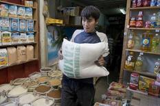 Продавец с мешком сахара в магазине в Алма-Ате 29 апреля 2008 года. Инфляция в Казахстане в сентябре 2015 года ускорилась до 1,0 процента с 0,3 процента в августе, сообщил комитет по статистике Минэкономики в четверг. REUTERS/Shamil Zhumatov