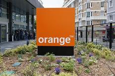 Orange est en repli de 0,63% vers 12h40, quand le CAC avance de 0,75% à 4.488,78 points. Un stratégiste juge limité le potentiel de hausse de la valeur alors que les cours actuels intègrent déjà, selon lui, l'amélioration attendue des résultats du groupe. /Photo d'archives/REUTERS/Charles Platiau