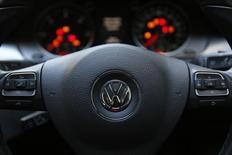 El volante de un auto de Volkswagen, en Londres, Gran Bretaña, 30 de septiembre de 2015. Los miembros del consejo de supervisión de Volkswagen están preocupados por la calificación crediticia de la empresa y estudian medidas para reforzarla, aunque no tienen planes para vender activos, dijeron dos fuentes cercanas al consejo. REUTERS/Stefan Wermuth