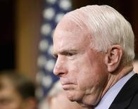 Сенатор Джон Маккейн на пресс-конференции в Вашингтоне. 5 февраля 2015 года. Американский сенатор Джон Маккейн в четверг сказал, что целью первых российских авианалетов в Сирии были бойцы Свободной Сирийской армии - поддерживаемой Вашингтоном повстанческой группы. REUTERS/Gary Cameron
