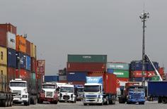 Camiones en el puerto de Santos, 25 de febrero de 2015. Brasil reportó un superávit comercial de 2.940 millones de dólares en septiembre, indicaron el jueves datos gubernamentales, por encima de las estimaciones del mercado, que esperaba una cifra de 2.400 millones de dólares. REUTERS/Paulo Whitaker