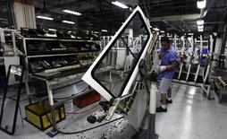 Un trabajador en la línea de ensamblaje de la planta de Volkswagen en Sao Bernardo do Campo, 9 de diciembre de 2013.  La producción industrial en Brasil cayó un 1,2 por ciento en agosto frente a julio, dijo el viernes el estatal Instituto Brasileño de Geografía y Estadística (IBGE). REUTERS/Paulo Whitaker