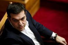 La Grèce doit mettre en oeuvre les mesures liées au programme de renflouement international afin de parvenir à son objectif principal qui est de retrouver un accès aux marchés financiers et mettre fin au contrôle extérieur intrusif exercé par les créanciers du pays, a expliqué samedi le Premier ministre grec, Alexis Tsipras. /Photo prise le 3 octobre 2015/ REUTERS/Alkis Konstantinidis