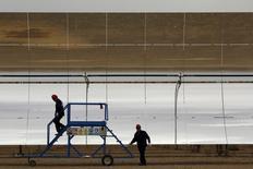Centrale de production d'électricité par panneaux photovoltaïques en Espagne. La croissance du secteur privé a ralenti dans la zone euro en septembre avec des entrées de commandes plus faibles que prévu et des créations d'emplois à leur plus bas niveau depuis janvier, /Photo prise le 11 août 2015/REUTERS/Marcelo del Pozo