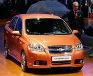 Генеральный менеджер Chevrolet Europe представляет новый Chevrolet Aveo на автосалоне во Франкфурте-на-Майне. 13 сентября 2005 года. Росстандарт сообщил в понедельник о проведении отзыва 70.200 автомобилей Chevrolet Aveo, произведенных концерном GM. REUTERS/Wolfgang Rattay