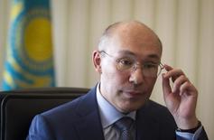 Глава Нацбанка Казахстана Кайрат Келимбетов дает интервью Рейтер в Алма-Ате 14 мая 2014 года. Национальный банк Казахстана, с середины сентября продавший на рынке страны более $1,3 миллиарда для поддержания тенге, падающего после перехода к свободному плаванию, намерен и дальше присутствовать на рынке для предотвращения спекуляций и волатильности и считает курс 271,50 за $1 адекватным сегодняшней цене на нефть и внешним факторам. REUTERS/Shamil Zhumatov