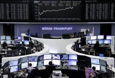 Operadores trabajando en la Bolsa de Fráncfort, Alemania, 5 de octubre de 2015. Las acciones europeas cerraron en alza el lunes tras datos económicos débiles en Europa y en otras regiones que reforzaron expectativas de que la política monetaria seguirá en general siendo favorable a los mercados bursátiles, con un alza en el sector minero liderada por Glencore y ArcelorMittal. REUTERS/Staff/remote