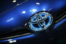 Toyota compte commercialiser vers 2020 des voitures partiellement autonomes capables par elles-mêmes de changer de voie, de s'intégrer dans la circulation et de dépasser d'autres véhicules sur autoroute. /Photo d'archives/REUTERS/Lucy Nicholson