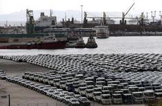La Grèce va reporter de quelques semaines la vente de la majorité du capital du port du Pirée, le premier du pays, en raison du retard occasionné par les élections législatives du mois dernier. /Photo prise le 20 mai 2015/REUTERS/Alkis Konstantinidis