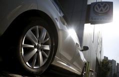 El logo de Volkswagen en la rueda de un auto Golf TDI, estacionado en una automotora en Seúl, Corea del Sur, 5 de octubre de 2015. Volkswagen dijo que 8 millones de vehículos diésel en la Unión Europea tenían un software capaz de manipular pruebas de emisión de gases, según la copia de una carta enviada a los legisladores alemanes y vista por Reuters. REUTERS/Kim Hong-Ji