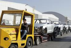 Un trabajador transporta varios chasis de autos en la planta de Volkswagen en Puebla, México, 9 de marzo de 2015. Las exportaciones de vehículos de México cayeron en septiembre un 1.7 por ciento en medio de menores envíos a Canadá y Latinoamérica, dos de sus mayores mercados, dijo el martes la principal agrupación local de fabricantes. REUTERS/Imelda Medina