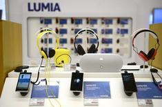 Unos teléfonos Lumia de Nokia en una tienda en Helsinki, ene 21 2014. Microsoft Corp lanzó el martes una nueva línea de teléfonos inteligencias Lumia, una nueva tableta Surface Pro y una versión actualizada de Microsoft Band, su dispositivo vestible para monitorizar el estado de salud, que funcionarán con Windows 10, su más reciente sistema operativo. REUTERS/Antti Aimo-Koivisto/Lehtikuva   Imagen para uso no comercial, ni ventas, ni archivos. Solo para uso editorial. No para su venta en marketing o campañas publicitarias. Esta fotografía fue entregada por un tercero y es distribuida, exactamente como fue recibida por Reuters, como un servicio para clientes.