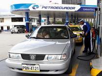"""Una gasolinera de Petroecuador en Quito, 2 de abril de 2012. La estatal Petroecuador dijo el martes que avanzará en la discusión de ofertas de 24 empresas, entre ellas de la chilena ENAP, para suministrar crudo liviano al país andino, porque es el """"momento"""" para realizar este tipo de operación. REUTERS/Gary Granja"""