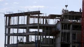 Unos trabajadores en una obra en construcción en Asunción, abr 30, 2015. El Banco Central paraguayo redujo el martes la estimación de crecimiento económico para el 2015 a un 3,7 por ciento desde un 4,0 por ciento previo, debido a un contexto externo menos favorable que afectó su comercio exterior.       REUTERS/Jorge Adorno