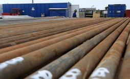 Un empleado de la petrolera Pacific Rubiales pasa junto a unas tuberías en el Campo Rubiales en Meta, Colombia. El valor de las exportaciones de Colombia se contrajo un 41,6 por ciento interanual en agosto, a 2.809,1 millones de dólares, debido a los menores ingresos por ventas de petróleo y sus derivados, informó el martes el Departamento Nacional de Estadísticas (DANE). REUTERS/José Miguel Gómez