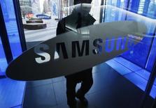 Samsung Electronics annonce qu'il va enregistrer la première croissance de son bénéfice trimestriel en deux ans, les ventes de mémoires et d'écrans ayant vraisemblablement largement compensé la faiblesse de son segment smartphones. /Photo d'archives/REUTERS/Kim Hong-Ji