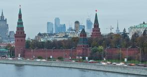 Вид на Кремль, МИД и башни Москва-сити в российской столице 18 октября 2011 года. Минфин РФ заложил в проект бюджета на 2016 год общий объем доходов 13,577 триллиона рублей, расходы - 15,762 триллиона рублей и дефицит в 2,184 триллиона рублей, следует из проекта законопроекта. REUTERS/Anton Golubev