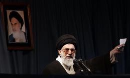 Верховный лидер Ирана аятолла Али Хаменеи на выступлении в Мешхеде. 21 марта 2006 года. Верховный лидер Ирана аятолла Али Хаменеи в среду запретил любые дальнейшие переговоры c США, остудив надежды умеренных сил, желающих положить конец изоляции страны в обмен на ограничение ядерной программы. REUTERS/Stringer