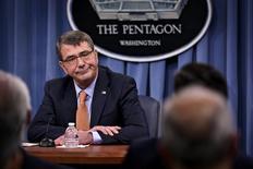 """Министр обороны США Эштон Картер на пресс-конференции в Вашингтоне. 16 апреля 2015 года. США не будут вести связанное с Сирией военное сотрудничество с Россией, считая ее стратегию там """"трагически ошибочной"""", но готовы обсуждать технические вопросы, связанные с безопасностью пилотов, заявил Пентагон. REUTERS/James Lawler Duggan"""