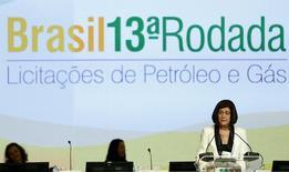 La presidenta de ANP, Maga Chambriard, habla durante la subasta de los derechos de exploración de petróleo y gas, en Río de Janeiro, Brasil, 7 de octubre de 2015.  El Gobierno de Brasil atrajo poco interés en las primeras rondas de subastas de derechos de exploración de gas y petróleo el miércoles, ya que las firmas no quisieron apostar por un sector en crisis y una economía en recesión. REUTERS/Pilar Olivares
