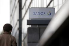 Sanofi veut négocier avec les organisations syndicales un accord de compétitivité dont l'objectif est d'augmenter de 20 à 25% sur trois ans la productivité de ses sites industriels français, selon des sources syndicales. /Photo d'archives/REUTERS/Christian Hartmann