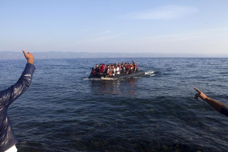 الشرطة اليونانية تضبط شبكة لتهريب المهاجرين وتعتقل 12 شخصا