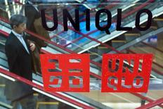 Le groupe japonais Fast Retailing, propriétaire de l'enseigne d'habillement Uniqlo, a annoncé jeudi des résultats inférieurs à ses prévisions avec une hausse de 26% de son bénéfice d'exploitation annuel. /Photo prise le 8 octobre 2015/REUTERS/Thomas Peter