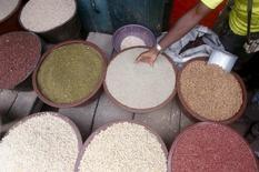Un hombre vende semillas en un mercado en Abidyan, Costa de Marfil, el 2 de octubre de 2015. Los precios mundiales de los alimentos aumentaron ligeramente en septiembre, después de una fuerte caída en agosto, pero aún se mantuvieron muy por debajo de su nivel equivalente un año atrás, dijo el jueves la agencia de alimentos de Naciones Unidas. REUTER/Thierry Gouegnon