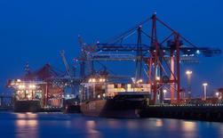 Varios contenedores en un carguero en el puerto de Hamburgo el 18 de septiembre de 2014. Las exportaciones alemanas cayeron en agosto a su ritmo más acelerado desde el punto más severo de la crisis financiera mundial a principios del 2009 y las importaciones también descendieron con fuerza, sumándose a otras señales de que la mayor economía de Europa perdió impulso en el tercer trimestre. REUTERS/Fabian Bimmer