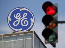 """Le titre General Electric figure au rang des valeurs à suivre ce jeudi sur les marchés américains. Standard & Poor's a annoncé mercredi soir avoir abaissé sa perspective sur la note du conglomérat de """"stable"""" à """"négative"""" après l'investissement de 2,5 milliards de l'investisseur activiste Nelson Peltz au capital du groupe. /Photo d'archives/REUTERS/David W Cerny"""