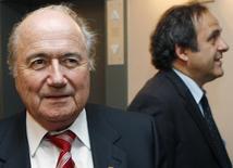 Presidente da Fifa, Joseph Blatter, e presidente da Uefa, Michel Platini, durante encontro em Bruxelas.   05/06/2008  REUTERS/Thierry Roge